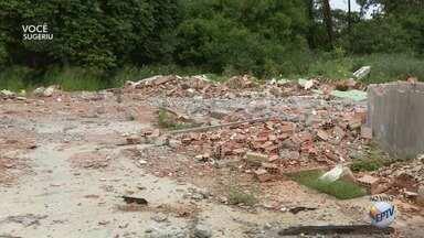 Moradores reclamam de entulho acumulado em terreno de antiga fábrica em Nova Odessa - Área fica no Jardim São Jorge.