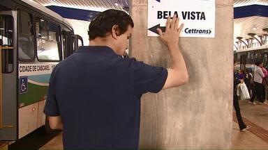 Novos terminais de ônibus de Cascavel não têm acessibilidade para deficientes visuais - Faltam placas em braile indicando as linhas de ônibus. Prefeitura diz que planeja resolver o problema, mas não deu prazo.