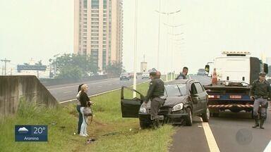 Motorista fica ferido em capotagem na Avenida Castelo Branco em Ribeirão Preto - Carro atravessou o canteiro e parou do outro lado da pista, obrigando a interdição parcial do trecho nesta sexta-feira (9).