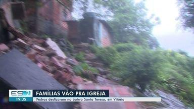 Famílias de Vitória vão para abrigo depois de pedra atingir casas no bairro Santa Teresa - Defesa Civil está instalando lonas nos barrancos. Prefeitura identificou 25 áreas de risco.