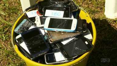 Arremesso de celular recolhe aparelhos velhos e ainda arrecada alimentos - O evento foi no Gramadão, da Vila A.