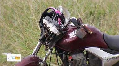 Motociclista morre após bater contra poste no Recanto das Emas, em Goiânia - Corpo da vítima foi arremessado a quatro metros de distância.