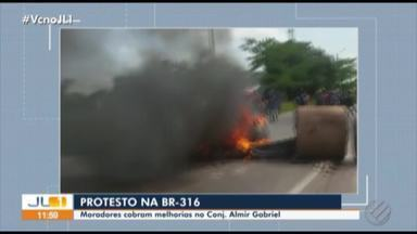 Moradores do conj. Almir Gabriel protestam e pedem saneamento básico - Eles chegaram a interditar a BR-316