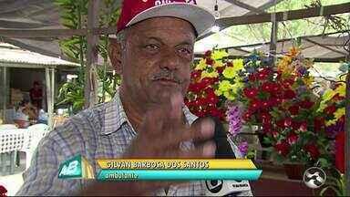 Feirantes reclamam da falta de coleta de lixo no Parque 18 de Maio em Caruaru - Trabalhadores disseram que clientes deixam de comprar por conta do mau cheiro próximo da feira.