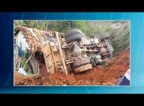 Caminhão cai em cima de casa após rua ceder em Padre do Paraíso - Segundo a Polícia Militar, a causa da queda está relacionada ao solo do local, que cedeu por causa das chuvas dos últimos dias; no momento do acidente não havia moradores na casa.
