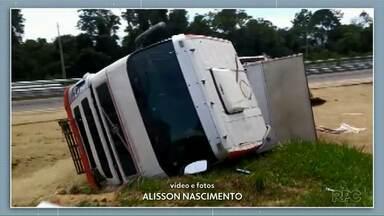 Motorista de 54 anos fica ferida após caminhão tombar na BR-376 em Ponta Grossa - A carga de soja ficou espalhada.