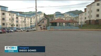 Ambulantes são retirados de área em frente a condomínio, em Cachoeiro de Itapemirim - Eles estão revoltados com a situação.