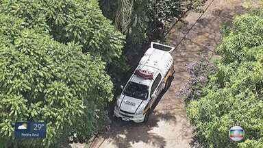 Polícia Militar prende dois suspeitos de fazer família refém durante assalto em BH - A família estava em casa, no bairro Braúnas, na Pampulha, quando foi surpreendida pelos criminosos. Um suspeito conseguiu fugir. A família foi liberada.