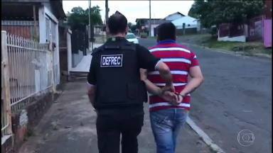 Policiais em todos os estados e no DF fazem operação de combate às drogas em escolas - Policiais Civis cumpriram mandados de busca e apreensão e prisões; Trezentas e setenta pessoas foram presas. Oitenta e cinco menores, apreendidos
