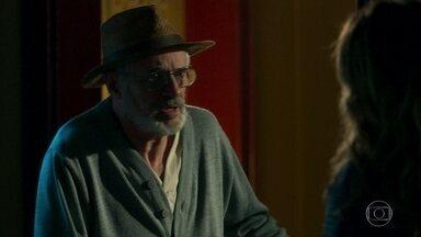 Sóstenes alerta Machado para o desaparecimento de Luz - O delegado acorda no meio da noite e abre seu armário secreto, mas é interrompido pela esposa Rita e pela do avô de Luz