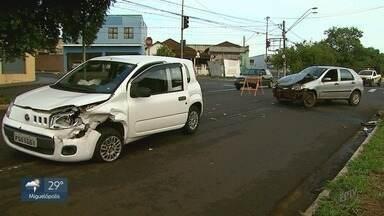 Carros batem na Via Norte em Ribeirão Preto, SP - Acidente aconteceu próximo à rotatória Amim Calil.
