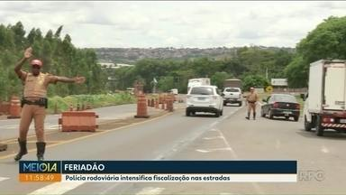 Movimento aumenta na PR-323 por conta do feriadão - Motoristas aproveitam folga para ir ao Paraguai. Movimento fica mais na região de Umuarama.
