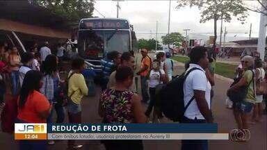 Moradores fazem manifestação contra a falta de transporte coletivo durante o feriado - Moradores reclamam da falta de transporte coletivo durante o feriado