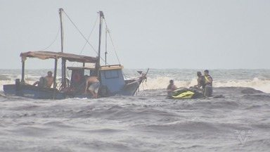 Embarcação vira e pescadores são lançados ao mar em Itanhaém - Trata-se do terceiro acidente na costa da cidade em dois meses.