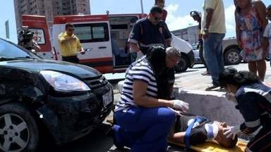 Acidente na Avenida Fernandes Lima, em Maceió, deixa dois feridos - A batida envolveu um carro e uma moto.