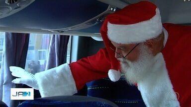 Papai Noel chega de ônibus em shopping de Goiânia - Centro de compras já está todo enfeitado para o Natal.