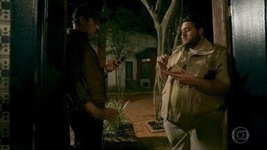 Delegado Machado pega o carro de Gabriel e leva até o depósito - Clotilde comenta a ligação de Valentina para Marilda