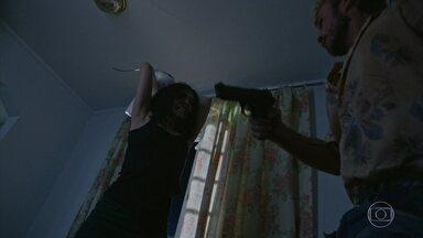 Adriano vai até a casa de Erica - Agnaldo ataca os dois