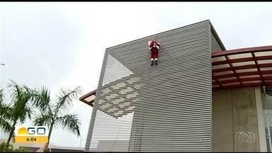 Papai Noel chega de rapel em shopping de Jataí - Criançada gostou da chegada radical.