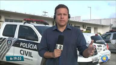 Bandido rouba carro, é perseguido pela polícia e acaba morto - Policiais Rodoviários seguiram o carro, que acabou capotando e batendo numa árvore.