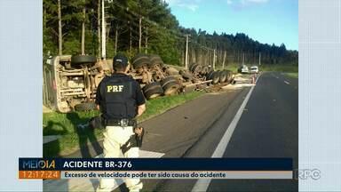 Motorista fica ferido após tombar caminhão na BR-376 - Segundo a PRF, a velocidade incompatível do veículo pode ter causado o acidente.