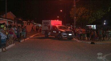 Mulher morre vítima de bala perdida após tentar proteger filho de tiroteio - Alvo dos tiros morreu na hora. Ana Glória de Sousa foi atingida nas costas e também não resistiu aos ferimentos.