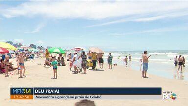 Praia fica lotada nesta sexta-feira (16) ensolarada - Movimento é grande na praia de Caiobá.