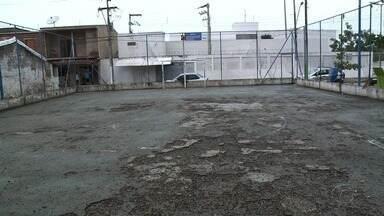 Moradores cobram melhorias em quadra de esportes na Grota do Rafael - Comunidade local se queixa da situação que se encontra uma área que deveria ser de lazer.