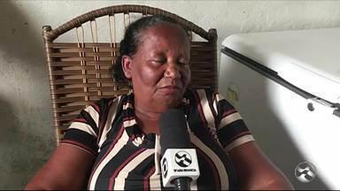 Mãe é morta a tiros e bebê fica ferida em Belo Jardim - Mulher de 22 anos estava com a filha de 11 meses no colo quando foi atingida pelos disparos, afirma PM. Menina levou um tiro de raspão e foi socorrida para o hospital local.