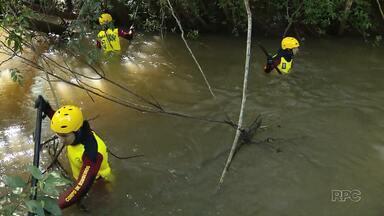 Corpo de Bombeiros encontra jovem que desapareceu no rio Tamanduá - Em Foz do Iguaçu, o corpo de bombeiros encontrou o corpo de um jovem que se afogou na tarde de quinta-feira (15) no rio Tamanduá.