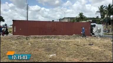 Caminhão tomba no contorno das Três Lagoas em João Pessoa - Ninguém ficou ferido.