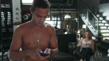 Márcio manda mensagens para Pérola explicando que Valéria é sua mãe - Valéria fica envaidecida por ser confundida como namorada do filho