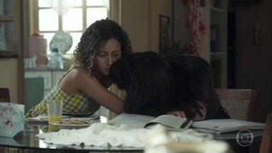 Pérola conta para Maria Alice que flagrou Márcio com outra - Maria Alice consola a amiga