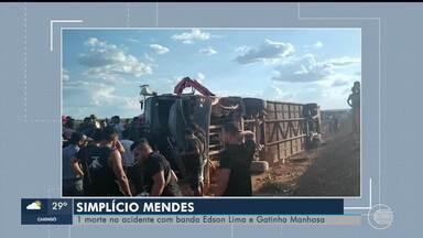 Motoqueiro morre e ônibus da banda 'Gatinha Manhosa' tomba em estrada do Piauí - Motoqueiro morre e ônibus da banda 'Gatinha Manhosa' tomba em estrada do Piauí