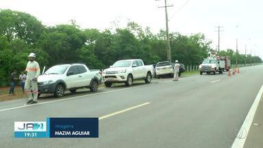Carros se envolvem em acidente e atingem poste em avenida que leva ao aeroporto de Palmas - Carros se envolvem em acidente e atingem poste em avenida que leva ao aeroporto de Palmas