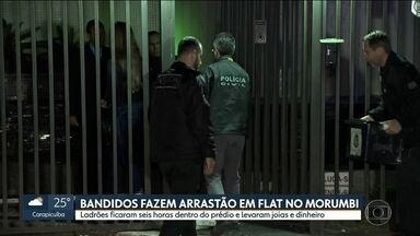 Bandidos fazem arrastão em flat no Morumbi e levam joias e dinheiro - Bandidos fizeram arrastão em um flat no Morumbi e ficaram seis horas no prédio. Eles levaram joias e dinheiro.
