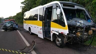 Acidente entre micro-ônibus e táxi deixa um morto e feridos em Venâncio Aires - Veículos tem placas do município. Motorista do táxi morreu no local.