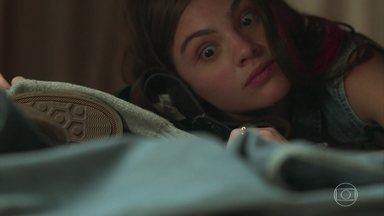 Pat se esconde no quarto de Mauro - O ator entra no local procurando por Mariane. Em seguida, ele tira a roupa e deita para dormir