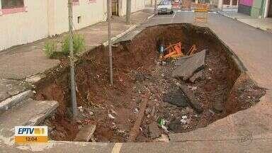Estragos provocados pela chuva causam prejuízos em São Carlos - Obras para consertar crateras não outubro ainda não começaram.