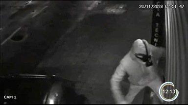Criminosos estouram porta metálica com carro e furtam loja no Centro de São José - Eles usaram um carro para forçar a porta metálica da loja e depois invadiram o estabelecimento. O grupo levou eletrônicos que estavam nas vitrines das lojas.