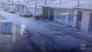 Ladrão furta moto em plena luz do dia em Capela do Alto - Câmeras de segurança registram o furto de uma moto estacionada em Capela do Alto (SP).
