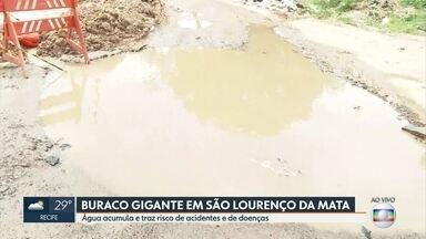 Buraco gigante vira piscina no meio da rua em São Lourenço da Mata - Problema ocorre no Loteamento São Pedro e São Paulo e atinge transporte público