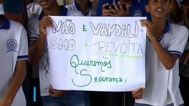 Alunos que tiveram escola invadida por bandidos fazem protesto - Homens armados entraram na escola Governador Augusto Franco nesta segunda-feira (20).