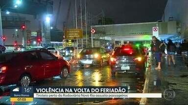 Tiroteio próximo à Rodoviária Novo Rio assusta passageiros na volta do feriadão - Troca de tiros entre policiais e bandidos ocorreu na noite desta terça-feira (20). Bandidos atiraram contra policiais que reagiram.