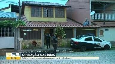 Polícia realiza operação para cumprir mandados contra tráfico de drogas e venda de gás - A Polícia Civil está nas ruas para cumprir mandados de prisão contra suspeitos de atuarem em organização criminosa
