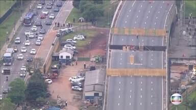 Uma das principais vias de São Paulo ainda tem interdições após viaduto ceder - Paulistanos enfrentam trânsito no primeiro dia útil depois do feriadão. Dez quilômetros da pista expressa da Marginal Pinheiros continuam bloqueados.