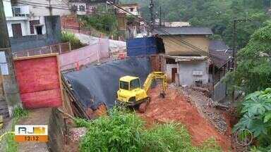 Defesa Civil de Petrópolis, RJ, continua em estágio de atenção - Assista a seguir.