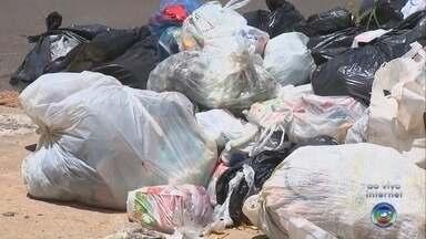 Prefeitura de Bauru estuda locação emergencial de caminhões para coleta de lixo - Decisão foi anunciada após reunião para debater problema causado pela quebra de mais da metade da frota. Com 13 dos 22 veículos do serviço parados, cerca de 50 bairros tiveram a coleta prejudicada na segunda e terça-feira.