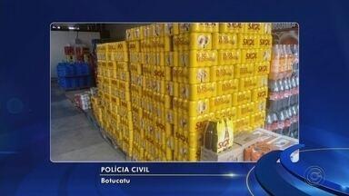 Motorista de Bofete inventa assalto para desviar carga de bebidas avaliada em R$ 160 mil - Um motorista de Bofete (SP) foi detido, na noite de terça-feira (20), suspeito de inventar que teria sido assaltado para justificar o desvio de uma carga de bebidas.Segundo investigações da Polícia Civil em Botucatu, a carga de cerveja que ele transportava, avaliada em R$ 160 mil, havia sido revendida de forma ilegal para comerciantes da região de Itapetininga.