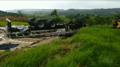 Caminhão com materiais de construção capota na PR-445 - Motorista ficou preso no veículo, mas passa bem.
